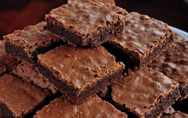 Mãe britânica vende brownies em feira escolar que levaram leite materno na receita e causa polêmica entre pais