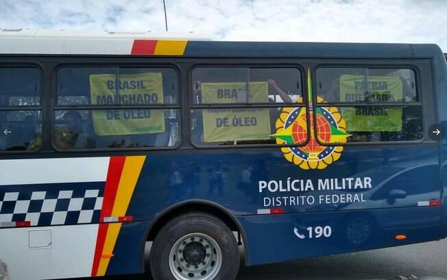 Ativistas do Greenpeace foram detidos pela Polícia Militar do DF