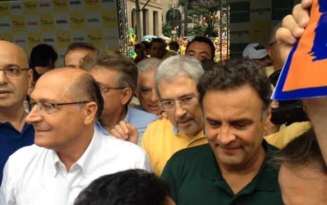 Imbassahy (de amarelo) aparece ao lado de Alckmin e Aécio no palanque montado pelo MBL