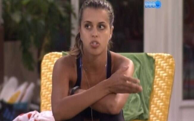 Angela critica Clara