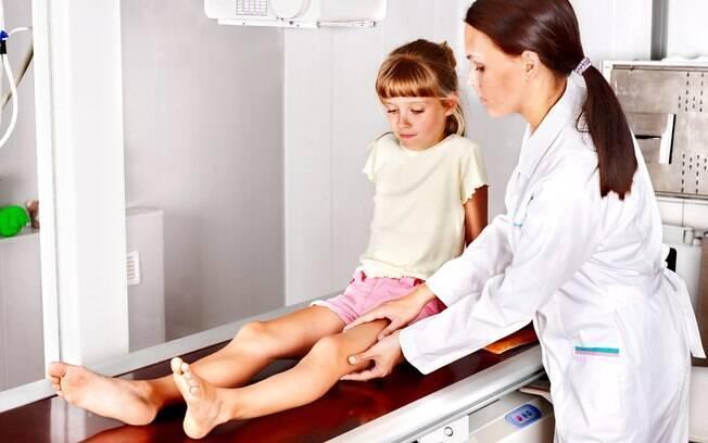 Brincar demais causou miosite infantil na garota, uma inflamação nos músculos devido ao excesso de exercícios