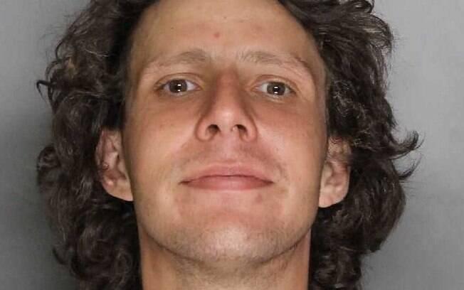 Robert Quigley  estava no meio de um fogaréu causado por seu carro pegando fogo e foi flagrado ascendendo cigarro