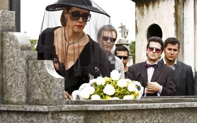 Tereza Cristina exagera no luto e chama a atenção no enterro de Marcela
