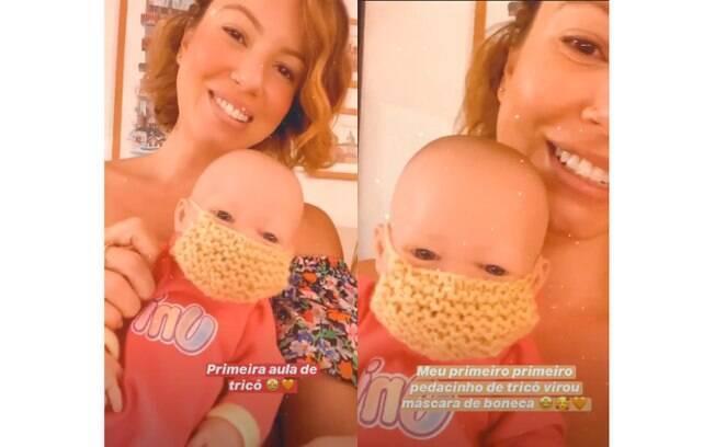 Influencer Juliana Goes usa pedaço de tricô para fazer uma máscara para boneca da filha