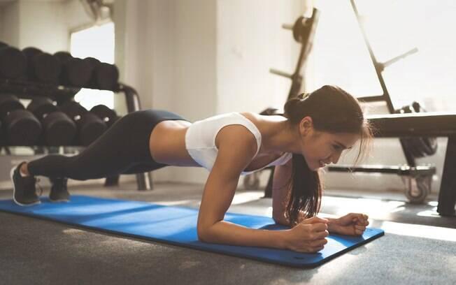 O exercício prancha abdominal fortalece toda a região do core, além de trabalhar braços e ombros