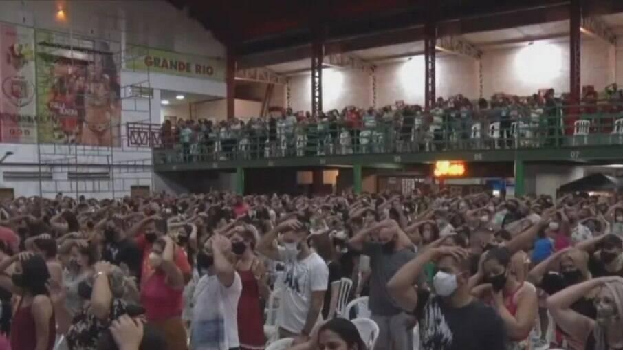 Quadra da Grande Rio recebe evento religioso e gera aglomeração
