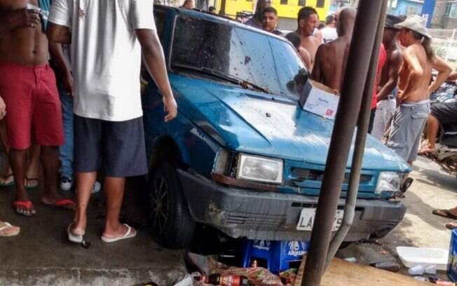 O carro, de modelo Fiat Uno, invadiu a calçada e atropelou pelo menos cinco pessoas, que faziam churrasco