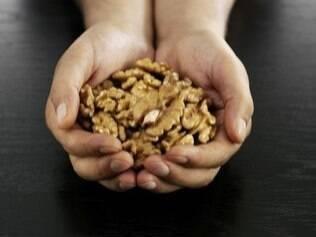 Nozes: alimento que ajuda a reduzir os níveis de colesterol LDL (o colesterol ruim)