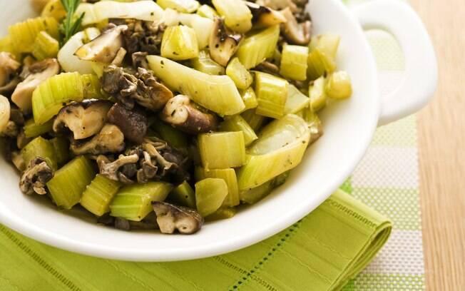 Foto da receita Refogado de salsão com cogumelos e alho-poró pronta.