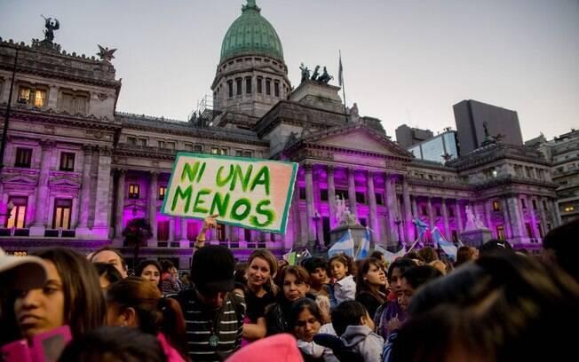 Mulheres em manifestação contra feminicídio na Argentina, organizada pelo coletivo Ni Una Menos (em português, Nenhuma A Menos)