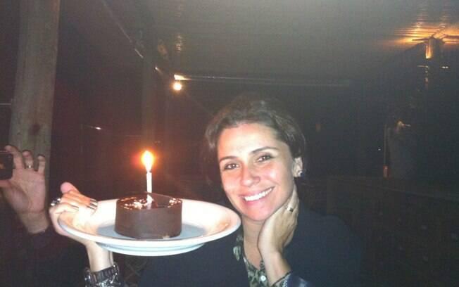 Giovanna Antonelli completou seus 36 anos ao lado do marido e amigos no Uruguai