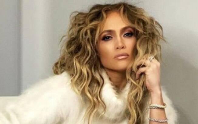 Jennifer Lopez ostenta meias de 4mil reais
