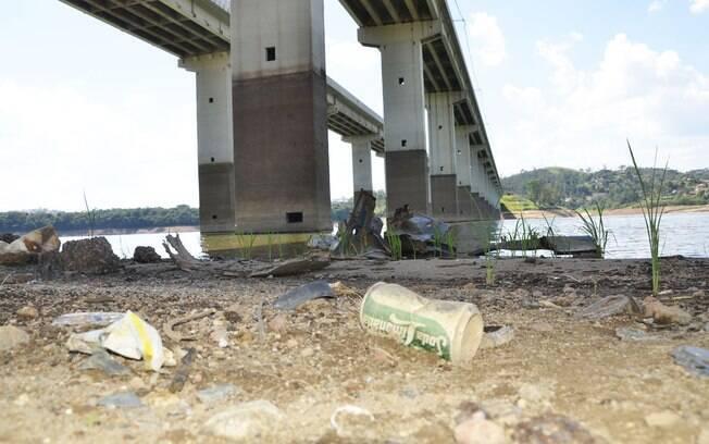 Lixo surge na Represa de Atibainha, em janeiro. Foto: Futura Press
