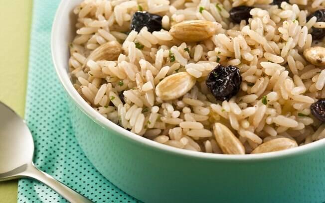 O arroz com amêndoas torradas e passas é uma opção para o Natal; veja a receita completa