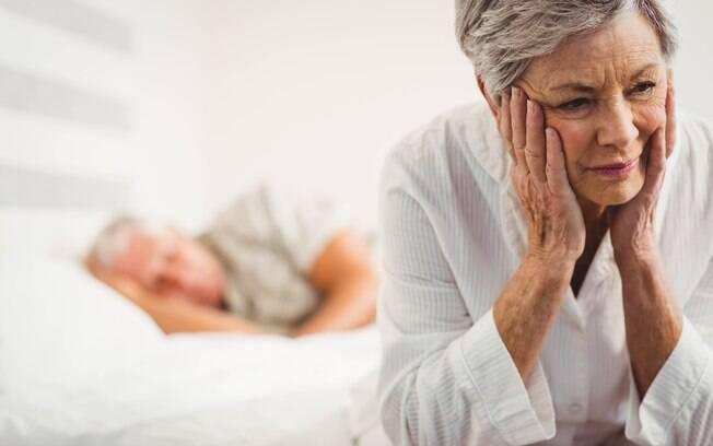Além de ser responsável por calores, distúrbios de sono, e enfraquecimento de cabelos e unhas, a menopausa também pode causar dor na relação sexual por conta de falta de lubrificação e flexibilidade do canal vaginal