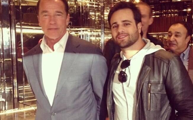 Rodrigo Scarpa, o Vesgo do Pânico, posa com Arnold Schwarzenegger em Las Vegas