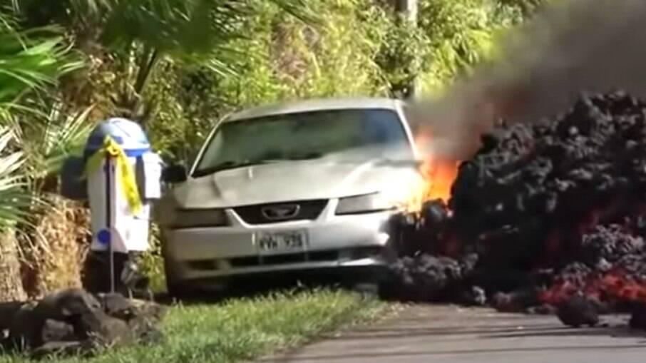 Veículo é atingido pela lava expelida do vulcão Cumbre Vieja em La Palma