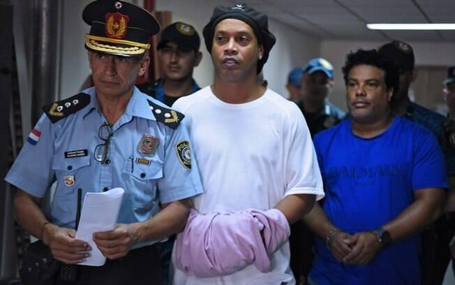 Ronaldinho Gaúcho e o irmão Assis seguem presos no Paraguai