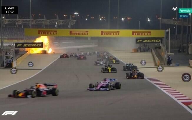 Carro de Grosjean quebrou ao meio e pegou fogo após a colisão