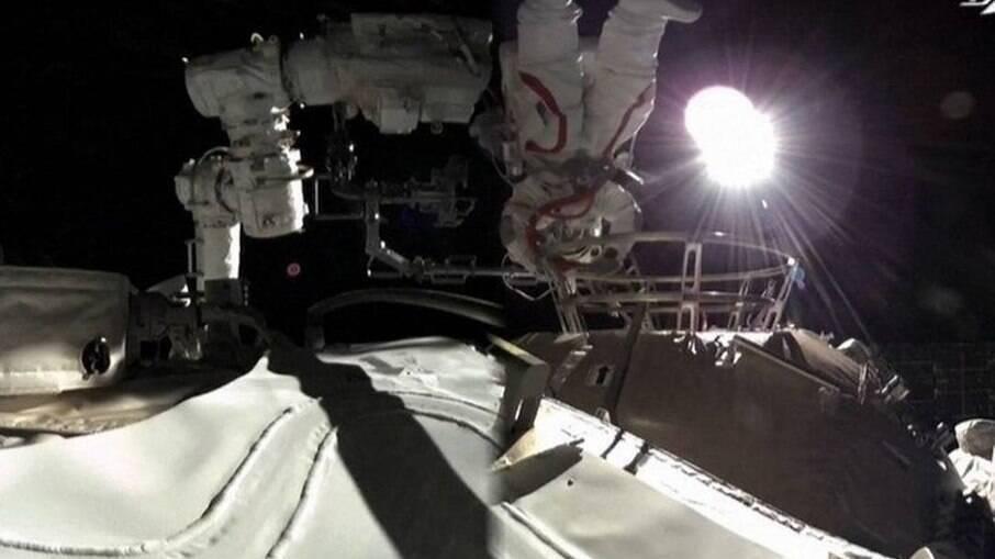 Astronautas chineses realizam caminhada espacial