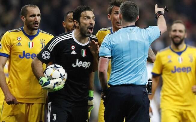 Gianluigi Buffon contesta pênalti marcado por árbitro