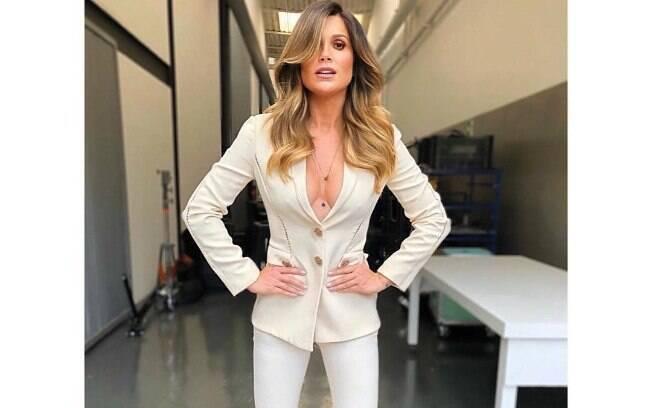 No Instagram Flávia Alessandra roubou a cena ao usar um look que mistura o chique com o sensual, que valorizou o colo da atriz, dispensou o sutiã, abusou do decote e garantiu elogios dos fãs