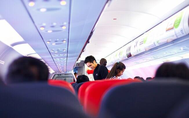 Ficar em pé ou sentado? Lucila fala que é recomendação médica fazer uma pequena caminhada no avião