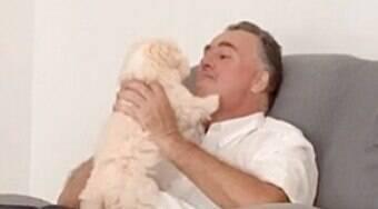Homem que não queria saber de cachorro, é visto mimando filhote