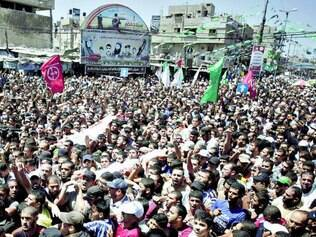 Luto. Dezenas de milhares de palestinos saíram às ruas ontem em protesto contra a morte de três líderes militares do Hamas, que foram atingidos por foguetes de Israel