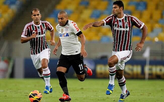 Emerson Sheik enfrenta a marcação do  Fluminense