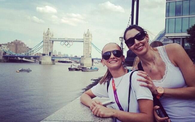 Depois do ouro, ela aproveitou para conhecer  um pouco de Londres e mostrou fotos ao lado de  Fabi em sua página no Twitter