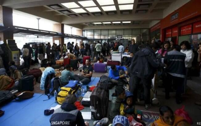 Aeroporto de Kathmandu congestionado por turistas tentando sair do país