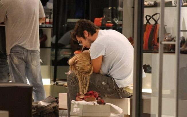 Bruno Ferrari abraça a namorada, Paloma Duarte, em loja de sapatos