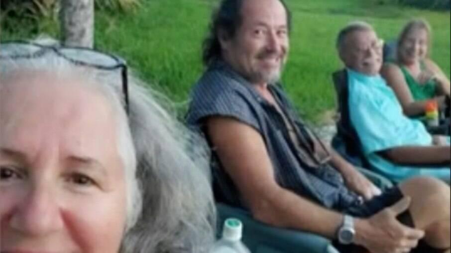 Selfie em que Brian Laundrie aparece ao fundo
