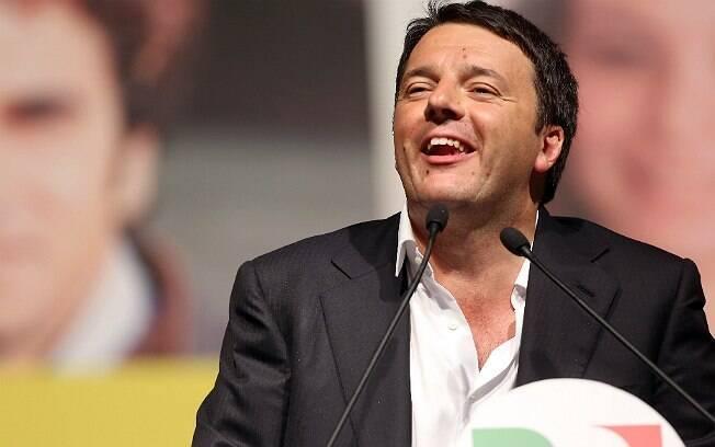 Matteo Renzi foi criticado por Giorgio Armani por conta do hábito de usar camisa sem gravata