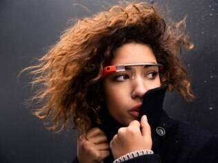 Imagem de divulgação da empresa mostra mulher usando o Google Glass