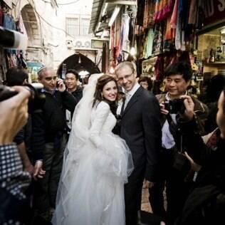Casal celebrou união com rituais da tradição judaica e fez das ruas da cidade um convidado especial