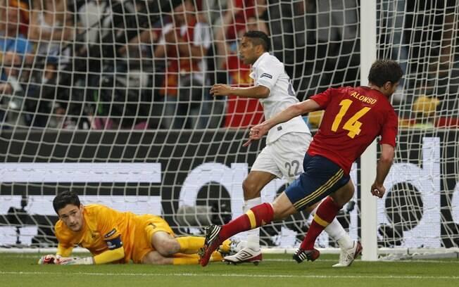 Xabi Alonso fez de cabeça 1 a 0 para a  Espanha