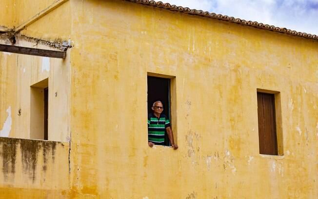 Tadeus Cardoso, figurante em Bacurau, reproduz cena gravada na janela da casa de Dona Carmelita