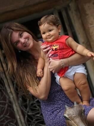 Cristiana Oliveira e o neto em Maceió