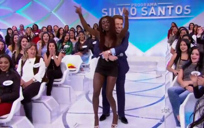 Silvio Santos passa dos limites com brincadeira e é acusado de promover assédio sexual