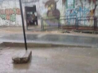 Descaso.Calçada sem acabamento é alvo de reclamação de internautas na região do bairro Nacional