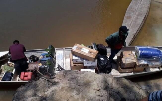 Em barcos, indígenas buscam urnas e materiais de votação para aldeias em Mato Grosso
