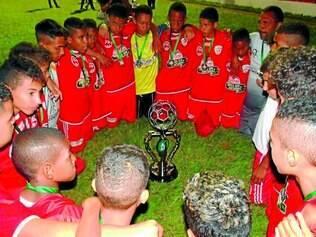 Frigoarnaldo.  Jogadores das categorias de base comemoraram com um dos troféus de vice-campeão conquistado na Copa Nacional da Paz