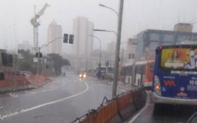 Registro da chuva nas proximidades da Estação Vila Sônia, na Zona Sul.