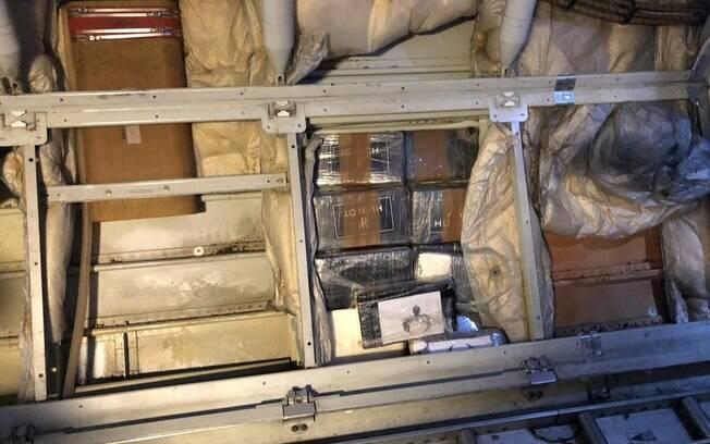 Imagens mostram pacotes sendo retirados da fuselagem da aeronave