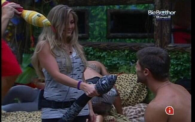 Renata utiliza acessórios do Quarto Floresta como microfone para questionar Jonas