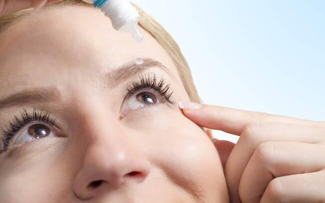 Mulher procurava tratamento para secura nos olhos, mas teve o remédio trocado e acabou usando um creme para impotência