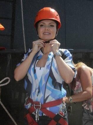 Eliana coloca capacete para encarar a aventura