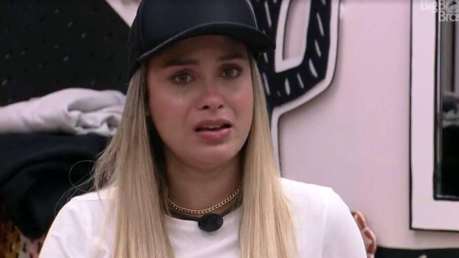 Sarah chora ao falar que sente que sofre preconceito dentro da casa